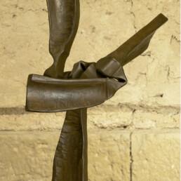 """""""El sentido del hacer"""" (2010) Hierro macizo. Peana de pino melis. 175 x 55 x 50 cm"""