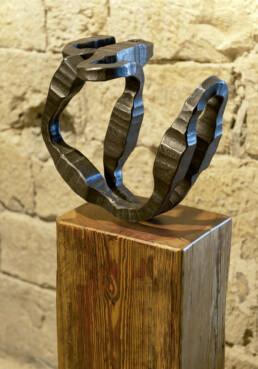 """Anclajes"" (2008) Hierro macizo. Peana de pino melis. 135 x 40 x 30 cm"
