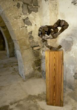 """""""Cuna de sentires"""" (2010) Hierro macizo. Peana de pino melis. 155 x 50 x 35 cm"""