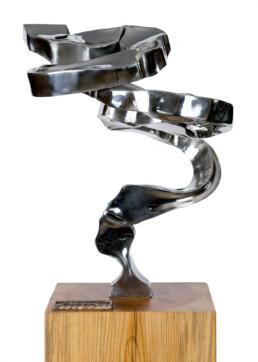 """""""El retorno al juego"""" (2009) Acero inoxidable. Peana de pino melis. 150 x 40 x 35 cm."""