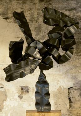 """Equilibrio"" (2009) Hierro macizo. Peana de pino melis. 192 x 70 x 60 cm"