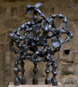 """""""La complejidad"""" (2009) Hierro macizo. Peana de nogal y hierro. 160 x 80 x 80 cm."""
