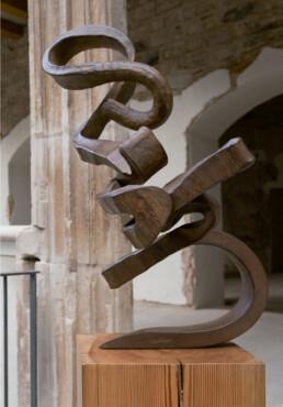 """La espiritualidad - una búsqueda"" (2010) Hierro macizo. Peana de pino melis. 127 x 120 x 90 cm"