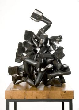 """""""Las entrañas del fulgor"""" (2009) Hierro macizo. Peana de roble y hierro. 180 x 70 x 70 cm."""