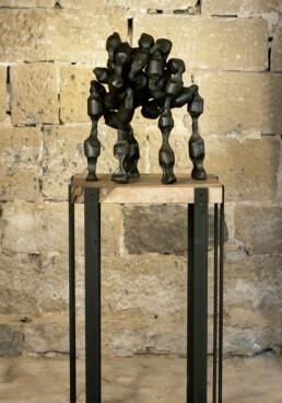 """""""Levántate y anda"""" (2009) Hierro macizo. Peana de nogal y hierro. 160 x 47 x 57 cm."""