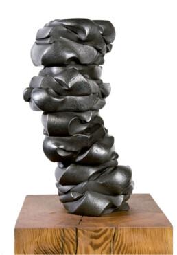 """""""Sueños de niñez"""" (2010) Hierro macizo. Peana de pino melis. 121 x 24 x 19 cm."""