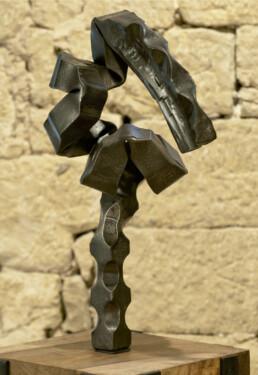 """""""Una reflexión, un impulso"""" (2009) Hierro macizo. Peana de nogal y hierro. 170 x 42 x 50 cm"""