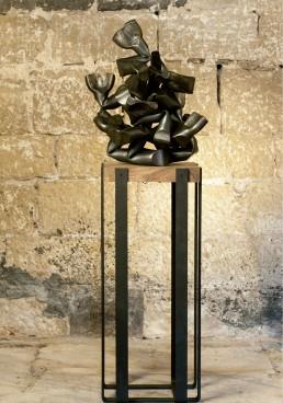 """Algo visceral"""" (2009) Hierro macizo. Peana de nogal y hierro. 160 x 40 x 40 cm."""
